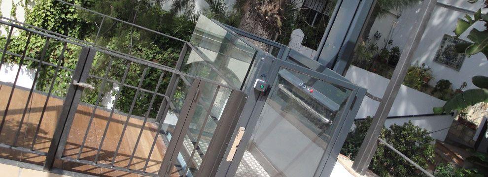 Los elevadores verticales son la solución ideal de accesibilidad para suprimir barreras arquitectónicas a personas discapacitadas o con movilidad reducida.