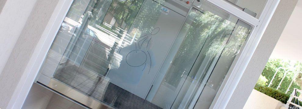 Los elevadores verticales Jeno son la solución ideal de accesibilidad para suprimir barreras arquitectónicas a personas discapacitadas o con movilidad reducida.