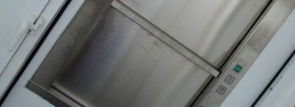 Los montaplatos son pequeños elevadores que aunque su principal función para la que están creados es para subir y bajar platos, también están desarrollados para el transporte vertical de pequeñas cargas en cualquier ámbito.