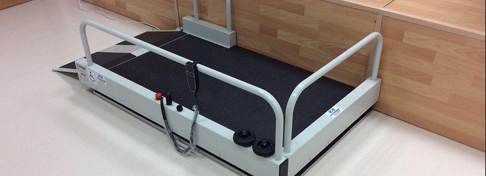 Nuestras plataformas elevadoras portátiles son la solución eficaz al acceso de personas de movilidad reducida a escenarios, tablados, etc.