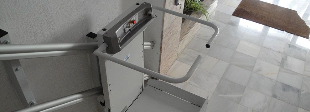 Las plataformas salvaescaleras  mejoran  la accesibilidad de una forma fácil, segura y sin necesidad de obra a usuarios en silla de ruedas.