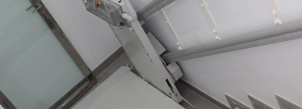 Las plataformas salvaescaleras de tramo recto mejoran  la accesibilidad de una forma fácil, segura y sin necesidad de obra a usuarios en silla de ruedas.