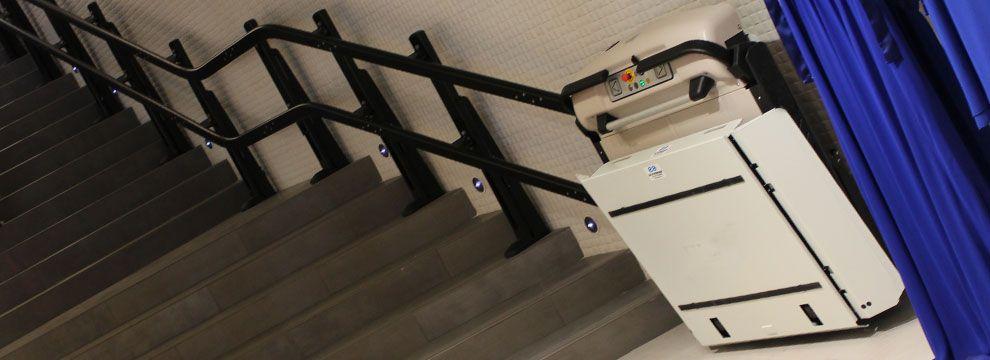Las plataformas salvaescaleras de tramo curvo  mejoran  la accesibilidad de una forma fácil, segura y sin necesidad de obra a usuarios en silla de ruedas.
