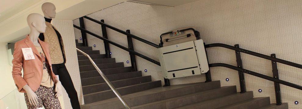 Las plataformas salvaescaleras hacen accesible cualquier escalera a un usuario con silla de ruedas, eliminan las barreras arquitectónicas a personas discapacitadas o con movilidad reducida.