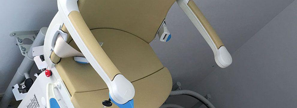 Las sillas salvaescaleras facilitan la accesibilidad a cualquier escalera a personas con movilidad reducida eliminando de esta forma las barreras arquitectónicas.
