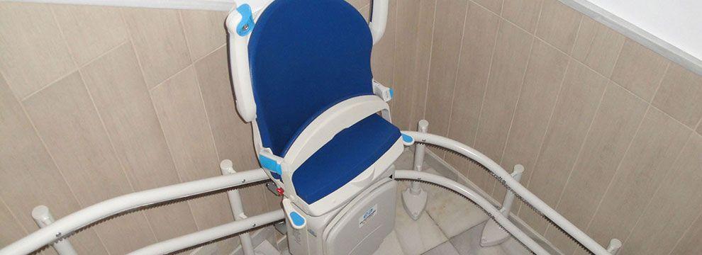 Las sillas salvaescaleras de tramo curvo facilitan la accesibilidad a cualquier escalera a personas con movilidad reducida eliminando de esta forma las barreras arquitectónicas.