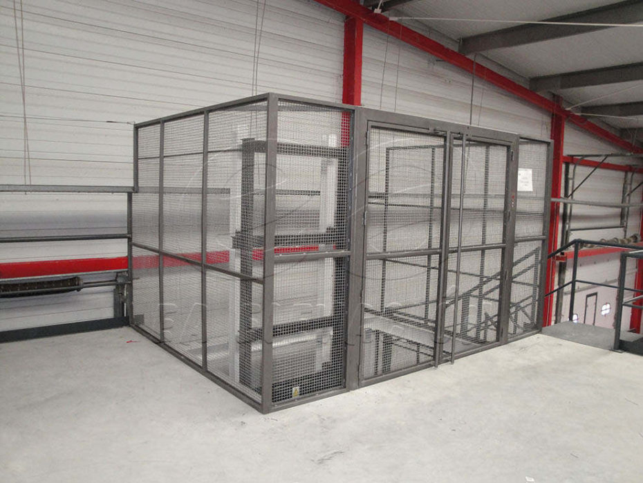 Instalación de montacargas hidráulico en Málaga, bajo consumo y gran capacidad de carga, indicados para su uso en industria, comercios, almacenes, hostelería, etc.