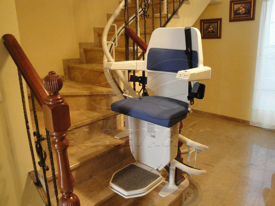 Instalación silla salvescaleras en Córdoba para facilitar la accesibilidad a una escalera a personas con movilidad reducida eliminando de esta forma las barreras arquitectónicas.